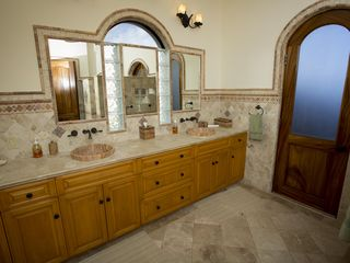 El Cardonal estate photo - Master Bathroom
