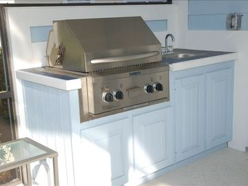 Outdoor kitchen. Built in BBQ + sink.