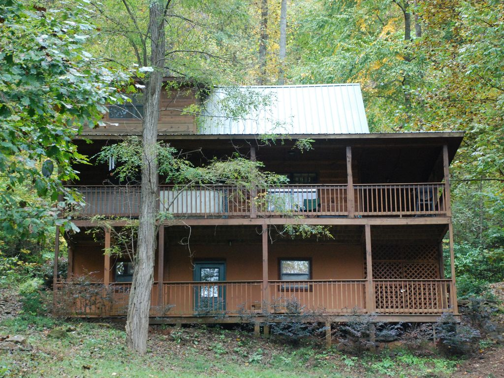 North georgia mountain cabin rental with hot vrbo for Rent a cabin in georgia mountains
