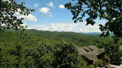 Luxurious condo with long range mtn views in Old Edwards Club