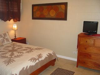 Haleiwa condo photo - Bedroom with cable tv