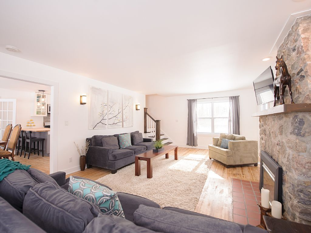 Discover niagara 39 s charm by the beach vrbo for Living room with lots of seating