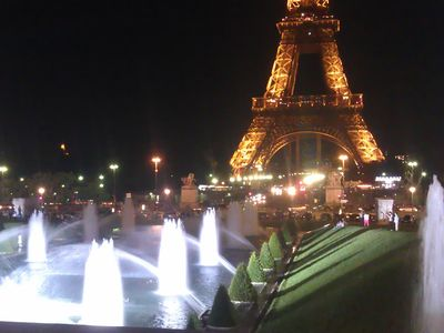 Take a 10 minutes evening stroll to enjoy the lights at Trocadéro.