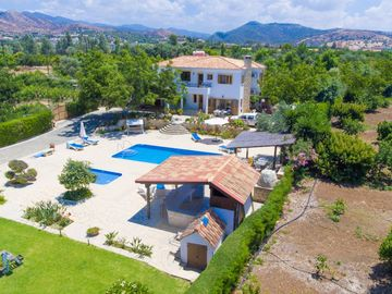 Villa Xenios Dias: Large Private Pool, Walk to Beach, Sea Views, A/C, WiFi