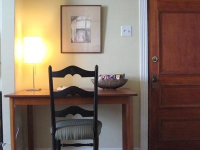 Montreal apartment rental - desk, entrance