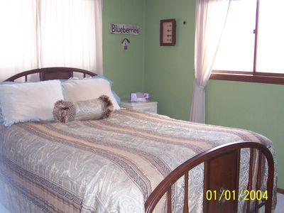 'End Bedroom' Queen size bed.