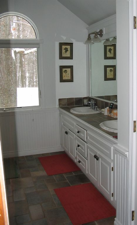 Family-size bathroom w double sinks