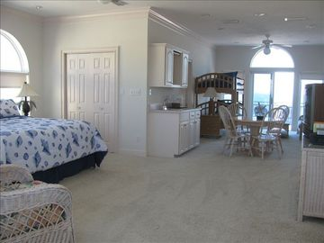 In Master Penthouse, bunkbeds beachside w/ sitting