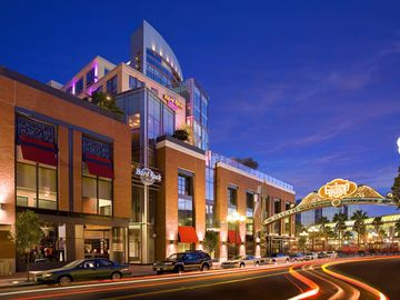 Dowtown gaslamp- big city nightlife, restaurants, entertainment; 5 minute walk!