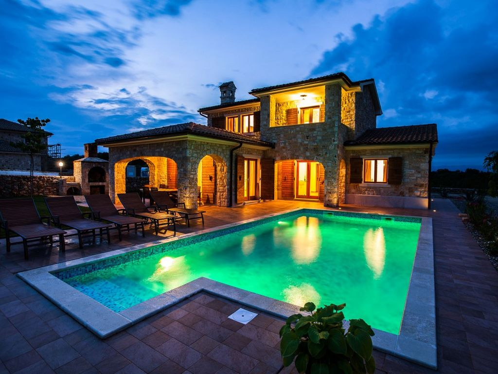 Villa luxury stone villa with pool barbecue large for Barbecue de jardin en pierre