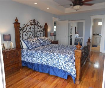 Bedroom#1-Master suite w direct access to deck,add'l outdoor shower,ocean front
