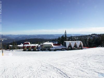 The Pinnacles Suite Hotel: Excellent Ski-In/Ski-Out at Silver Star Mountain.