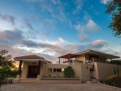 Modern Villa with Ocean view: Swim-up Bar, Hot Tub, Pool Table, and more