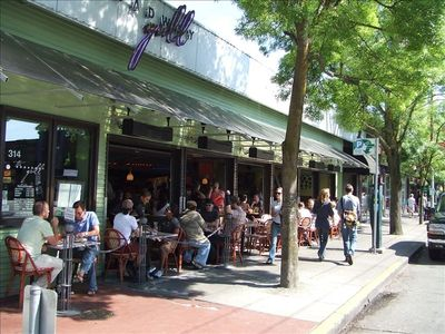 Numerous great dining options within a 5 minute walk