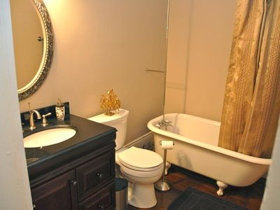 Luxurious middle bathroom