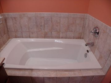 Tub in master bath.....room enough for two!