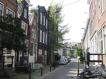 The studio overviews this small street. Some meters away the canal Spiegelgracht