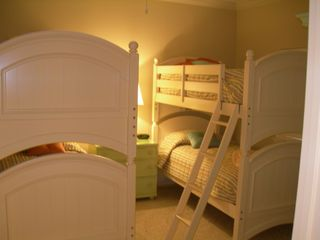 Harbor Landing Destin condo photo - Light and Bright Bunk Room
