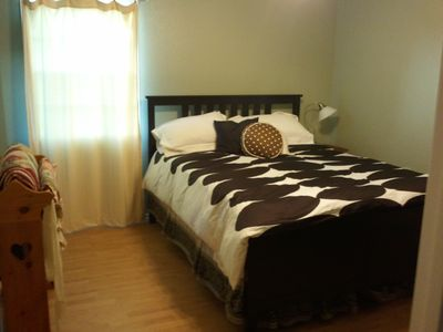 Master bedroom, queen-size bed with ensuite bathroom. Walk-in closet