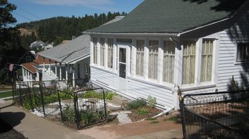 Lead cottage rental - Hill Top Cottage with off-street parking