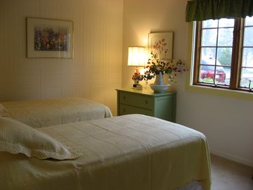 Front twin bedroom, cheerful even on a rainy day!