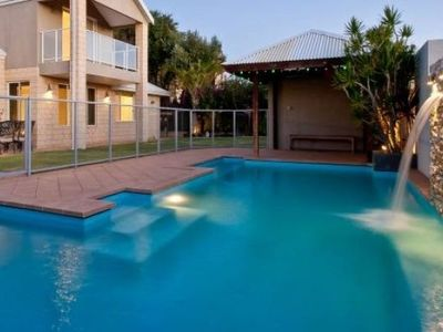 5 BEDROOMS 2 BATHROOMS HUGE POOL CAN ACCOMMODATE UP TO 9 GUEST
