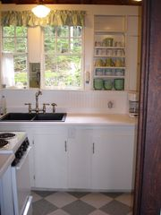 Boothbay Harbor cottage photo - Kitchen - cozy but complete!
