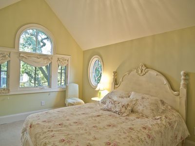 2nd Floor - Queen Bed with Jack and Jill Bathroom