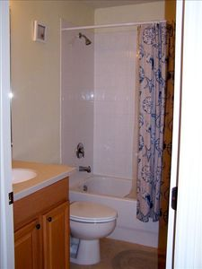 Venice townhome rental - Guest bathroom with tub