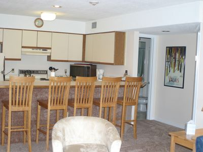 Kitchen area w breakfast bar seats 5