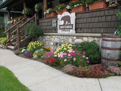 The Bear's Den Log House, two blocks from businesses and restaurants in Jasper