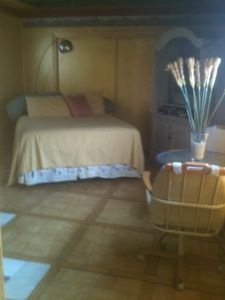 Queen Bed w Extra Cot, nook kitchen, w/d, bath, cable/internte. Sleeps 3.