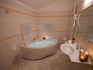 Perugia apartment photo - The bathroom with the jacuzzi for a romantic stay in Perugia