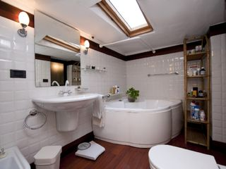 Bologna apartment photo - The jetted tub bathroom - clean and functional.