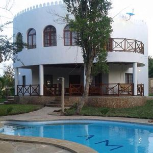 Heart of Diani Beach, free wifi,  beach 5 mins walk, private swimming pool