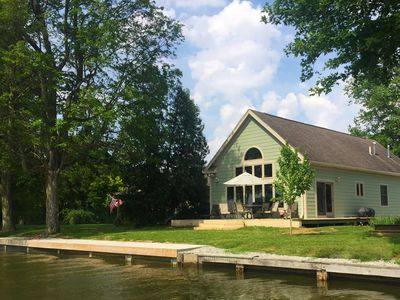 The Glass Cottage - Pet-Friendly Lakeside Property With Dock **BOOKING FAST**