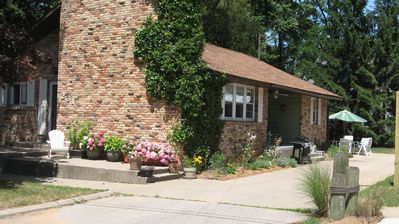 Sheila's English Cottage-Dogs Welcome-November weekends$500 extra night FREE