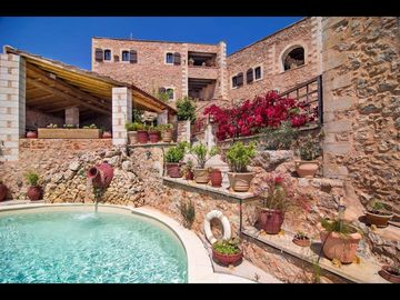 Stunning private villa with pool, A/C, WIFI, TV, balcony, washing machine and parking