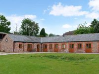 THE BULL BARN, family friendly, with hot tub in Alberbury, Ref 15914