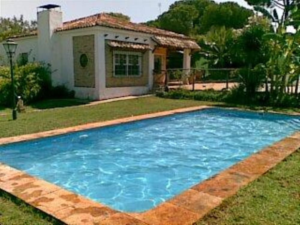 Casa con piscina privada frente al paraje natural marismas for Alojamiento con piscina privada