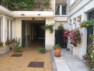 Quiet Studio Steps Away from Champs Elysees with A/C - Court yard
