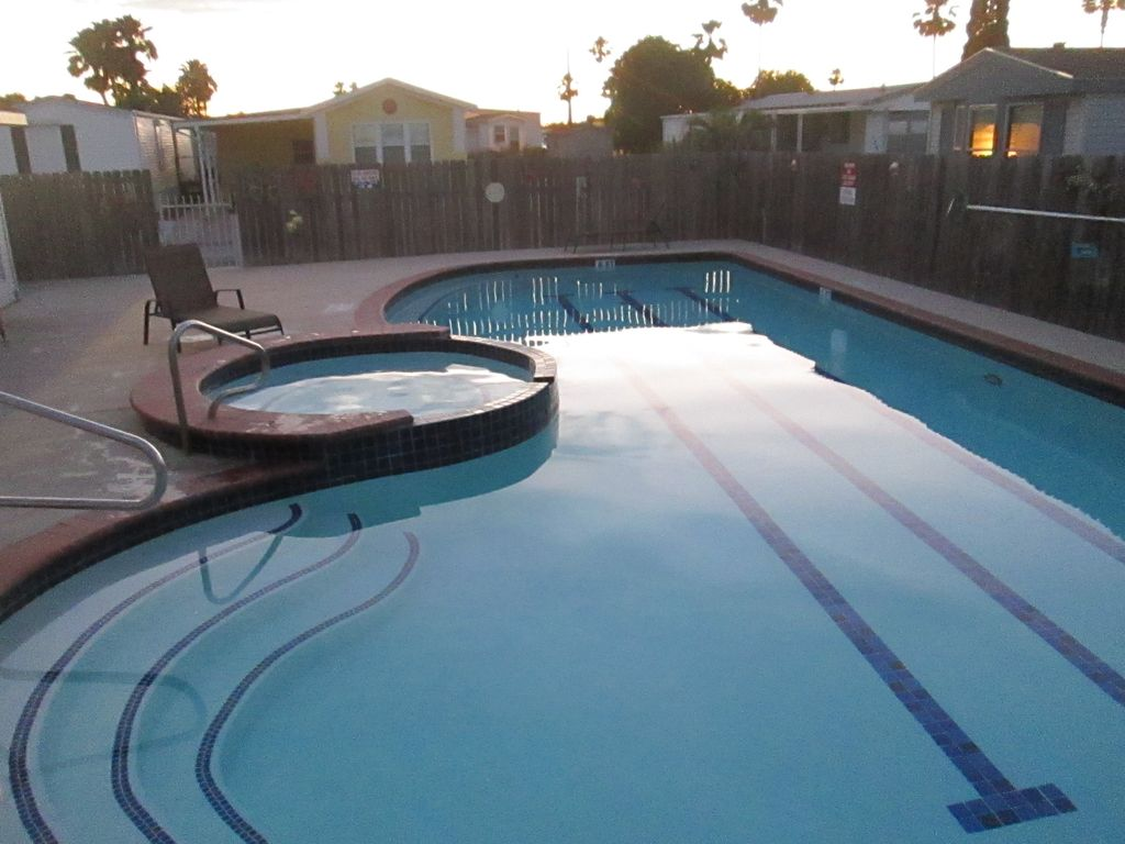 55 gated community avec club house services piscine for Piscine vallet
