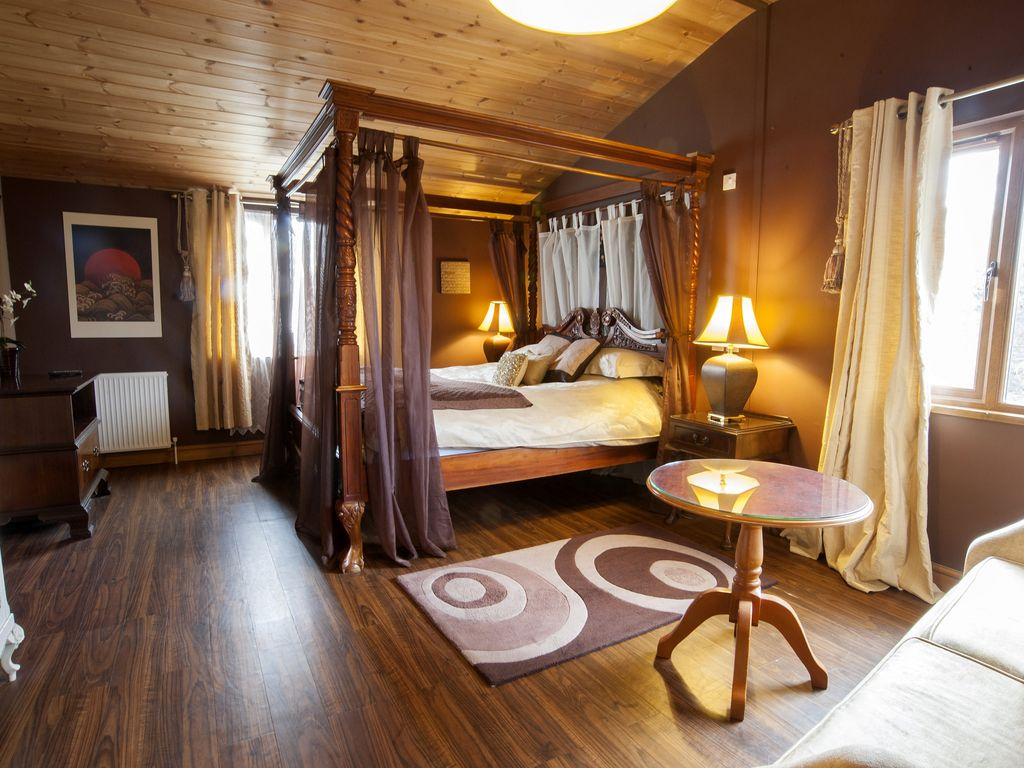 Luxury One Bedroom Lodge With Super King Four Poster Bed