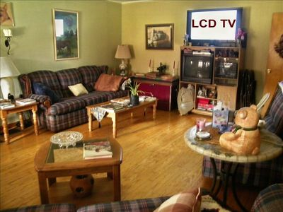 LR between dining rm & extra kitchen/lounge, 42' LCD TV surround sound, seats14