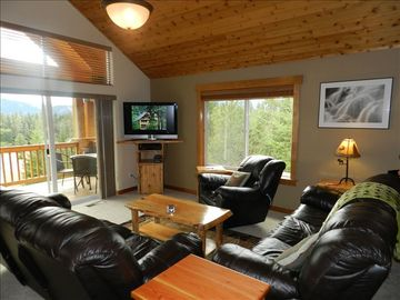 Main Living Room with Mountain Views: Roslyn Ridge Suncadia GOLF Area Rental
