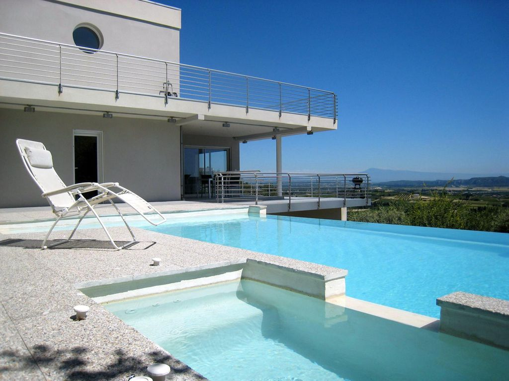 Villa contemporaine en provence vue exceptionnelle for Kit piscine a debordement