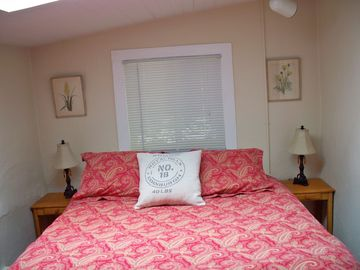 Second bedroom, queen bed