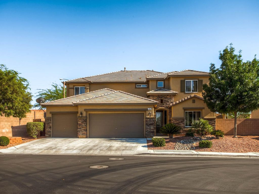 Incredible 5 bedroom home with pool homeaway henderson for 5 bedroom house with pool
