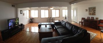 Flat screen TV, basic cable. Leather sectional, desk, hardwood floor, Lakeview.