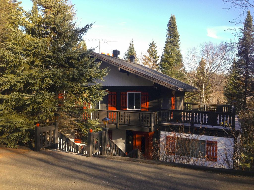 Luxurious and private home tucked away in the vrbo for Laurentian mountains cabin rental